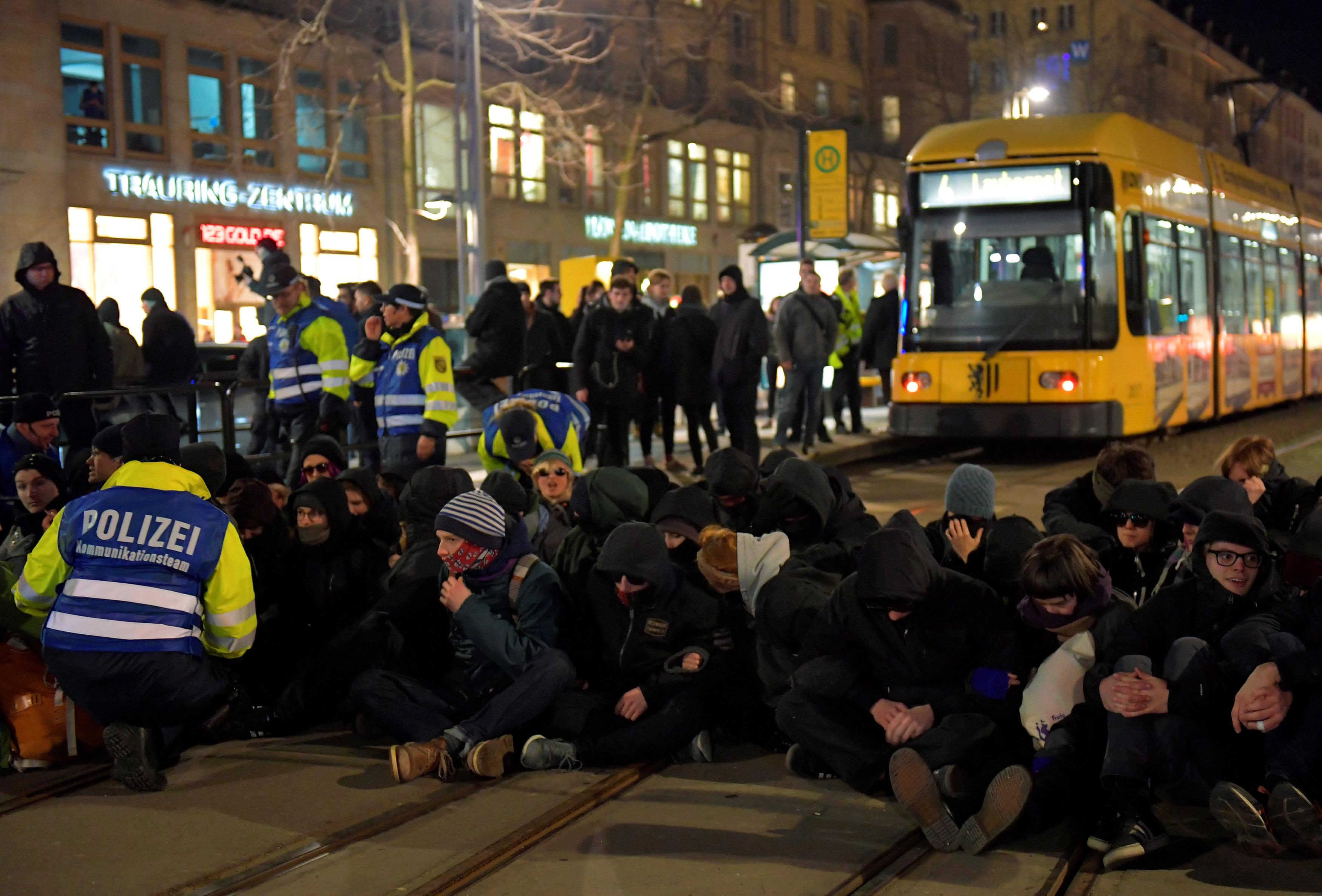 الشرطة الألمانية تعتقل المحتجين (6)