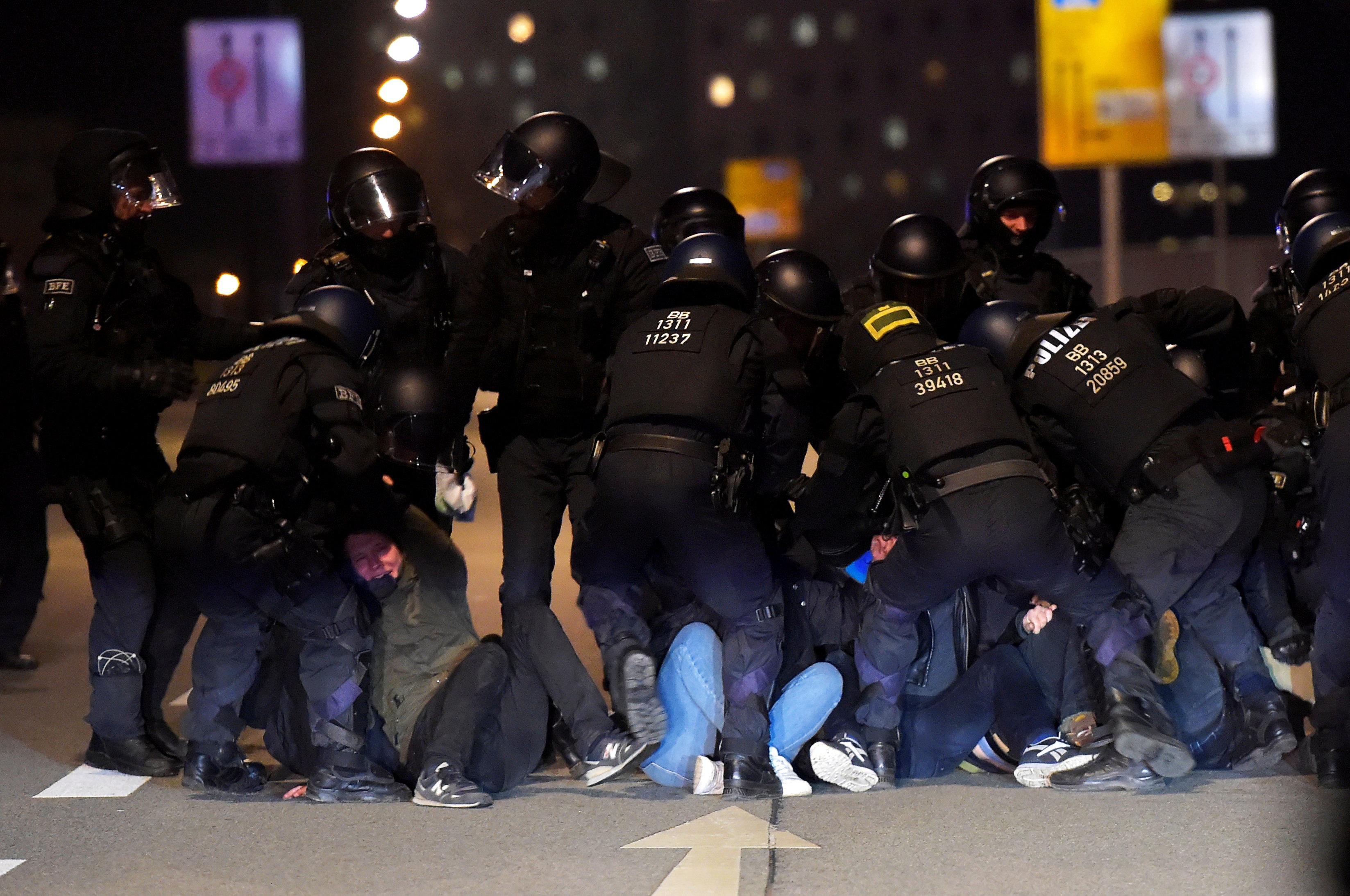 الشرطة الألمانية تعتقل المحتجين (2)