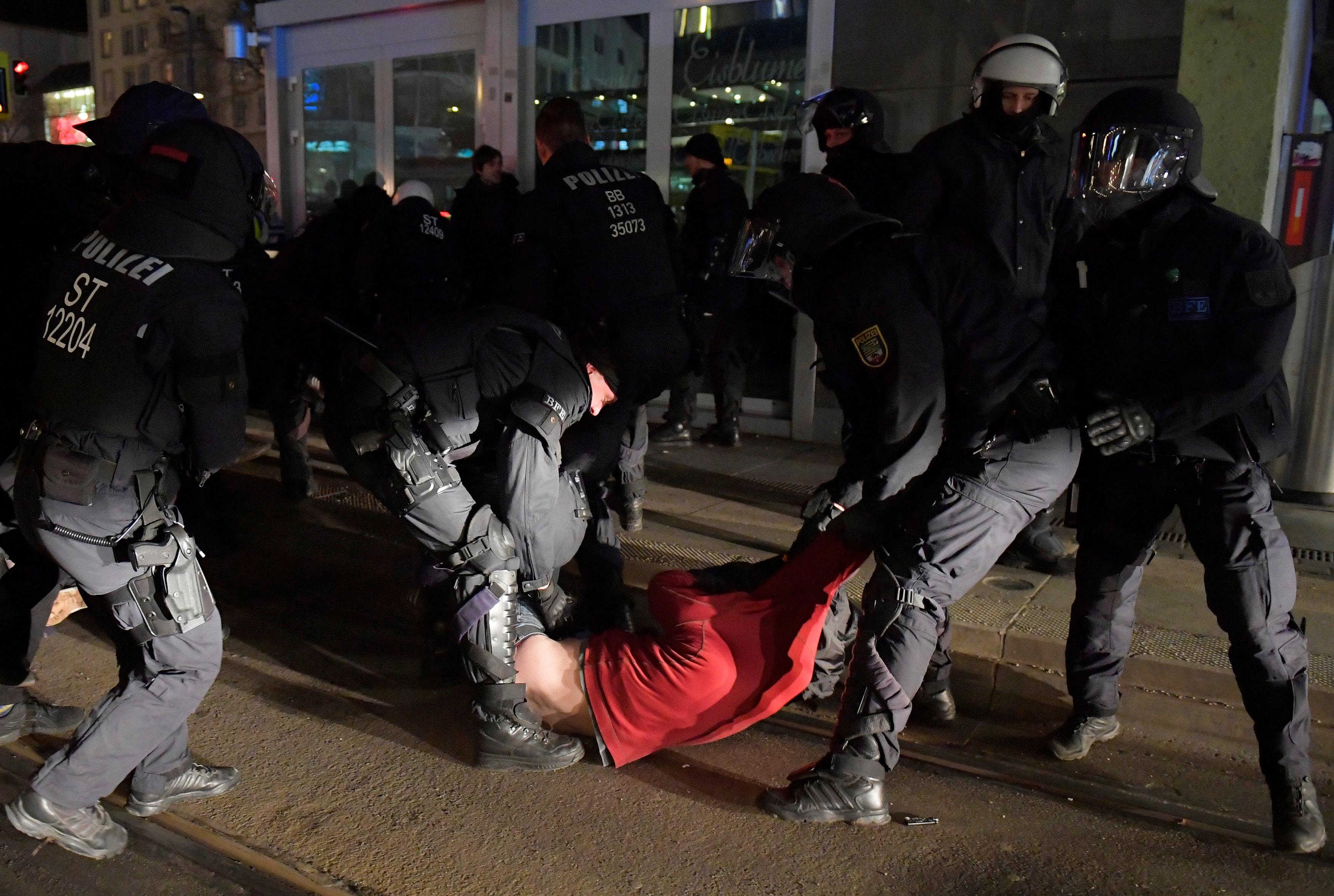 الشرطة الألمانية تعتقل المحتجين (1)