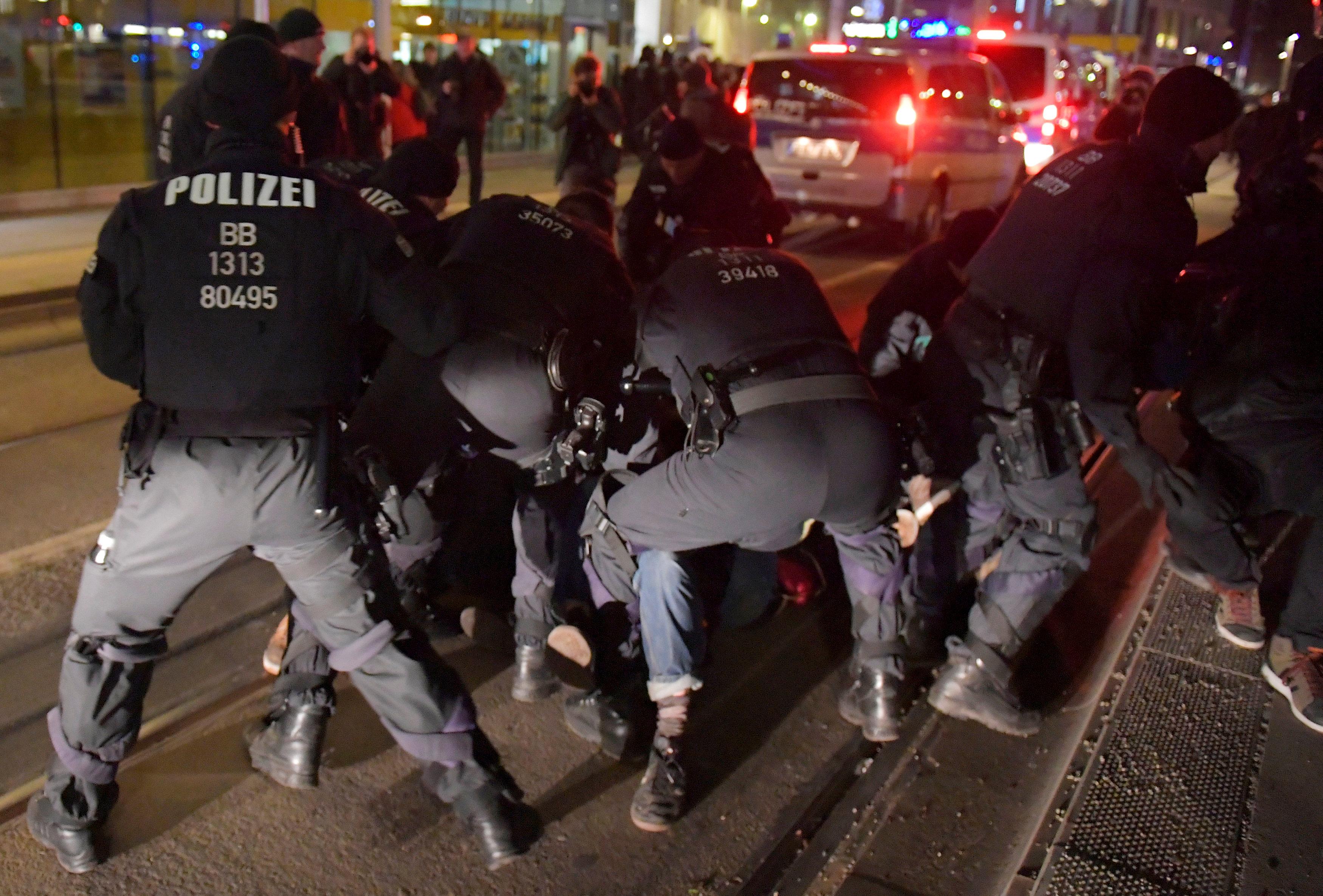 الشرطة الألمانية تعتقل المحتجين (7)