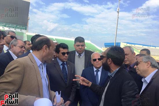 وزير الرياضة ومحافظ بورسعيد يتفقدان النادى المصرى (3)