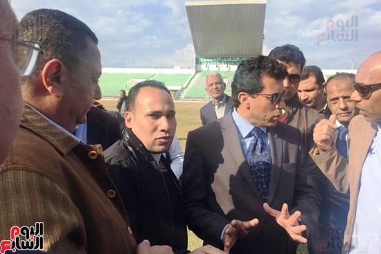 وزير الرياضة ومحافظ بورسعيد يتفقدان النادى المصرى (7)