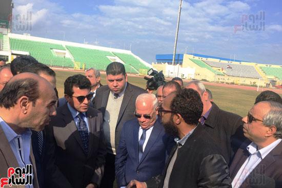 وزير الرياضة ومحافظ بورسعيد يتفقدان النادى المصرى (2)