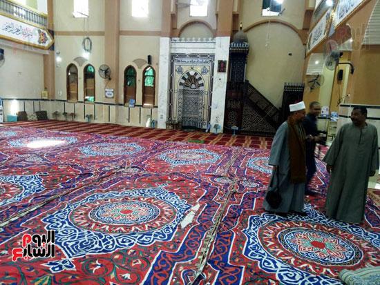 أهالى قنا يطالبون المحافظ وفد البرلمان بفرش وتجديد عدد من المساجد (12)