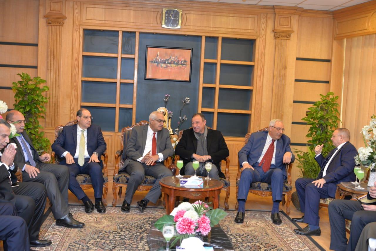 رئيس جامعة المنصورة يستقبل محمود الخطيب ووزير التعليم العالى الأسبق  (1)