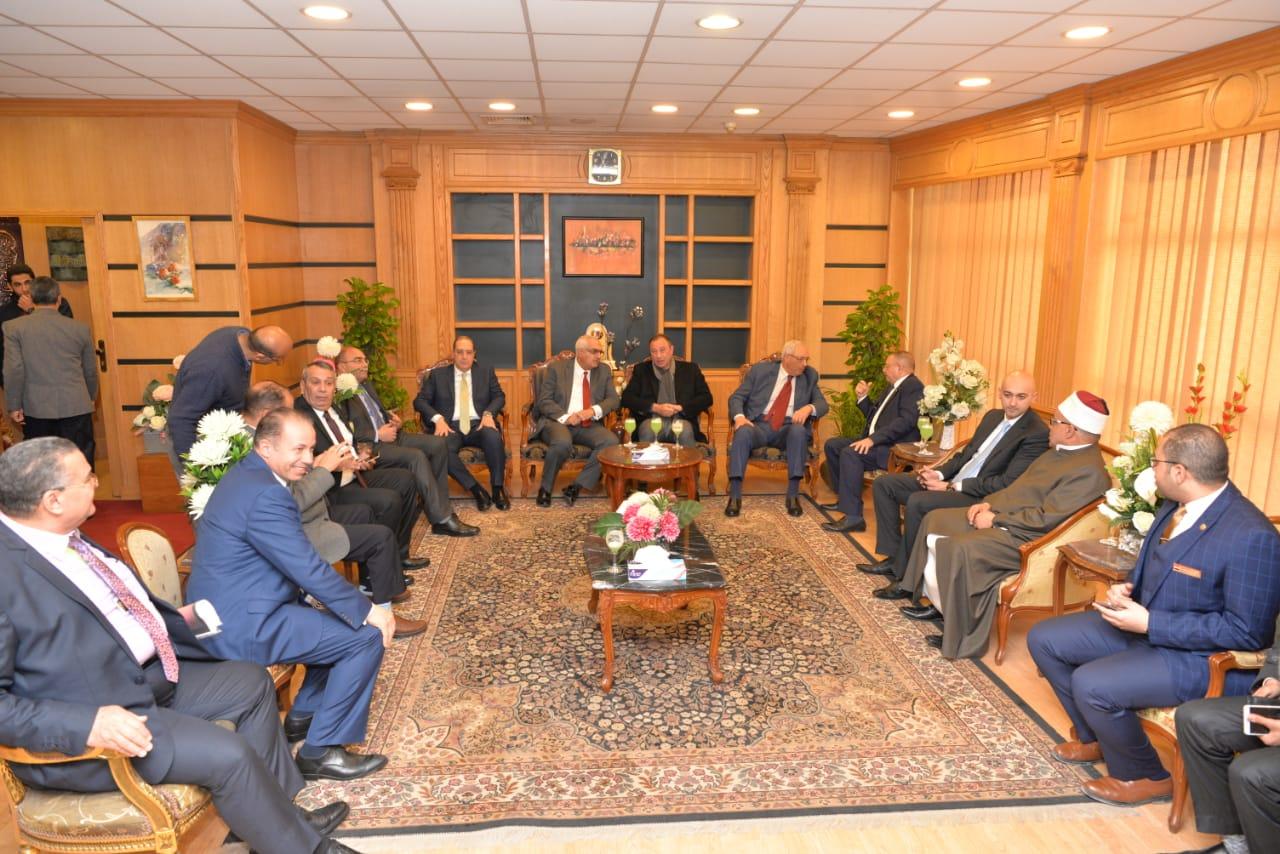 رئيس جامعة المنصورة يستقبل محمود الخطيب ووزير التعليم العالى الأسبق  (2)