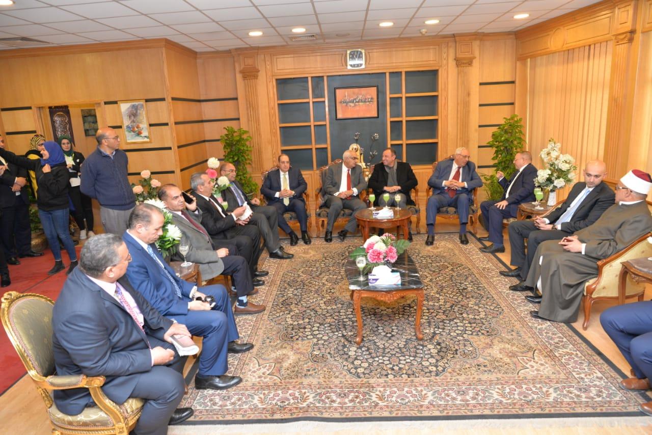رئيس جامعة المنصورة يستقبل محمود الخطيب ووزير التعليم العالى الأسبق  (3)
