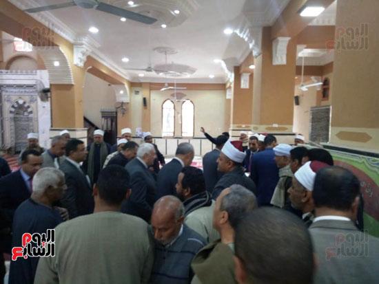 أهالى قنا يطالبون المحافظ وفد البرلمان بفرش وتجديد عدد من المساجد (13)