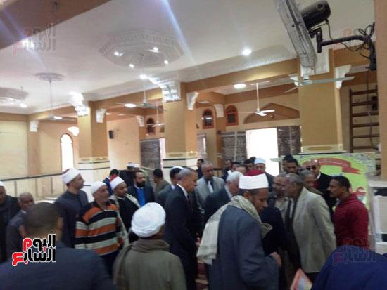 أهالى قنا يطالبون المحافظ وفد البرلمان بفرش وتجديد عدد من المساجد (10)