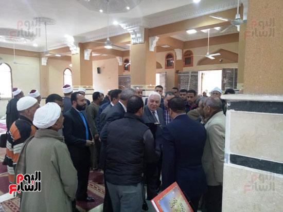 أهالى قنا يطالبون المحافظ وفد البرلمان بفرش وتجديد عدد من المساجد (5)