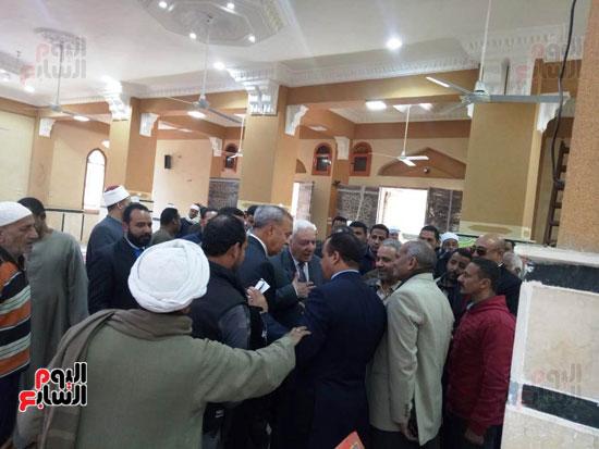 أهالى قنا يطالبون المحافظ وفد البرلمان بفرش وتجديد عدد من المساجد (9)