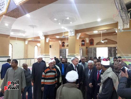 أهالى قنا يطالبون المحافظ وفد البرلمان بفرش وتجديد عدد من المساجد (8)