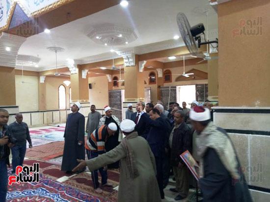 أهالى قنا يطالبون المحافظ وفد البرلمان بفرش وتجديد عدد من المساجد (11)