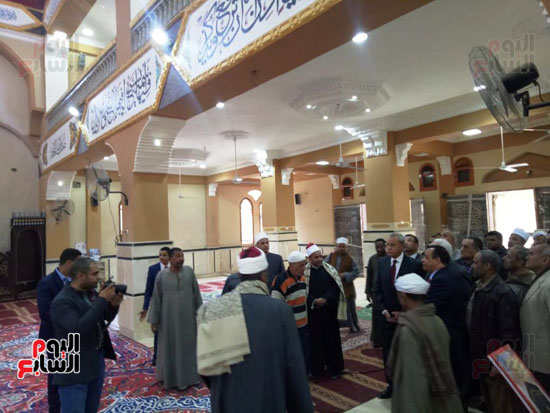 أهالى قنا يطالبون المحافظ وفد البرلمان بفرش وتجديد عدد من المساجد (3)