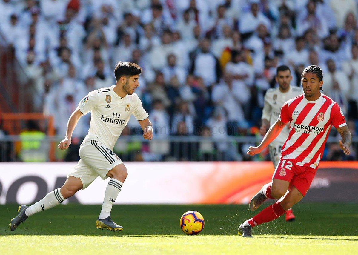 ماركو أسينسيو فى احد الكرات المشتركة مع لاعب جيرونا