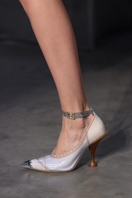 5f5a4b78751e9 أحذية خطفت الأنظار فى عرض أزياء Burberry بفعاليات أسبوع الموضة بلندن ...
