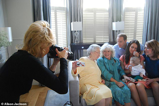 اليسون تلتقط صورا لاشخاص يشبهون افراد العائلة المالكة