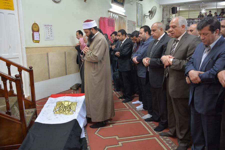 محافظ الجيزة يشارك فى تشييع جثمان الشهيد  محمود أبواليزيد  بإمبابة (2)