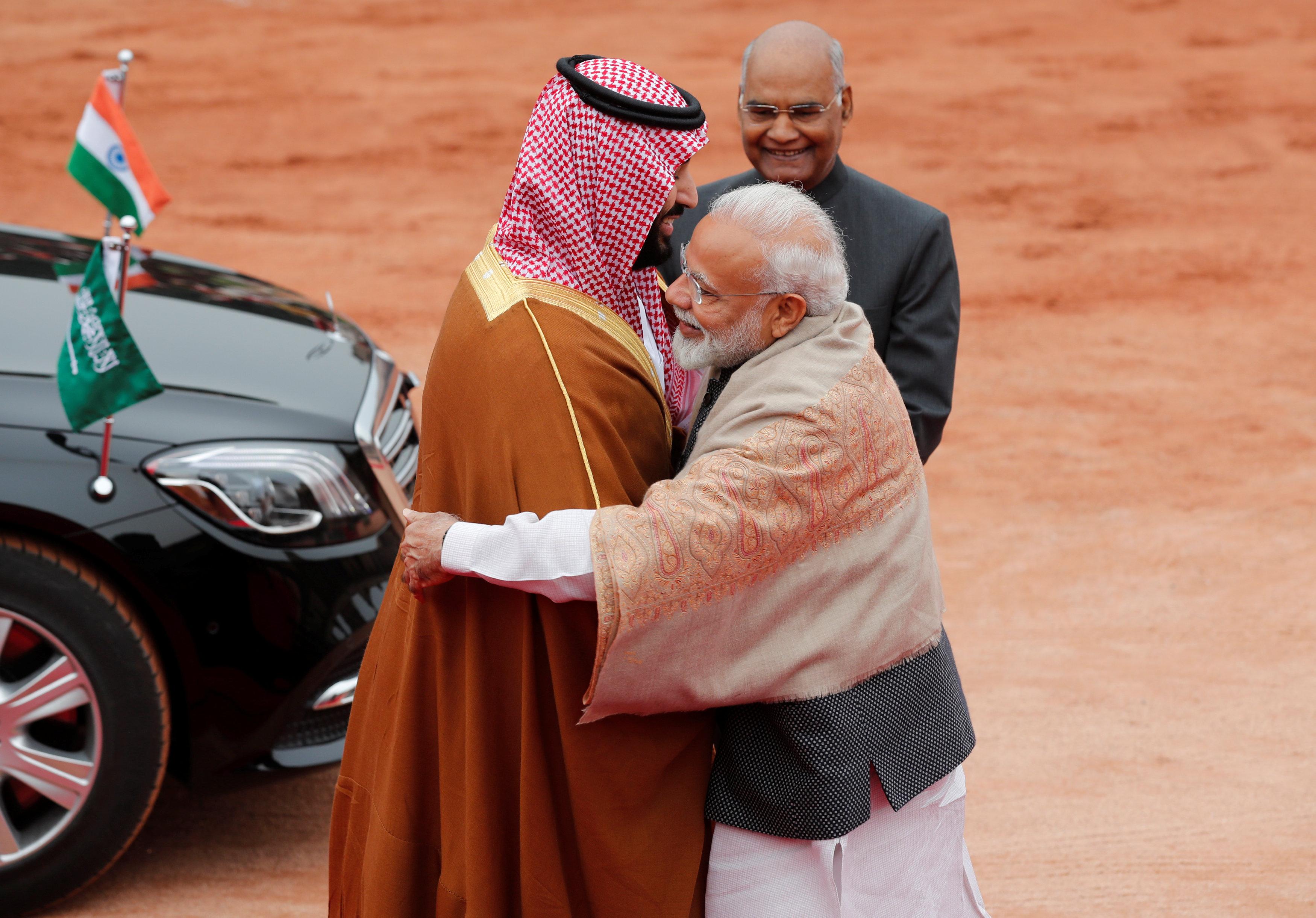 رئيس وزراء الهند يعانق ولى العهد لدى وصوله