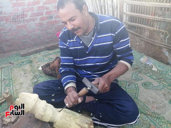 2963225-أحمد-اثناء-عمله-فى-نحت-أحد-التماثيل