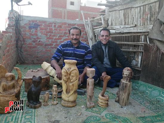 3302013-الزميل-ايمن-لطفى-مع-نحات-التماثيل-والتحف