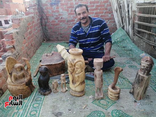 3856282-احمد-محمود-معاق-يصنع-التماثيل-الخشبية