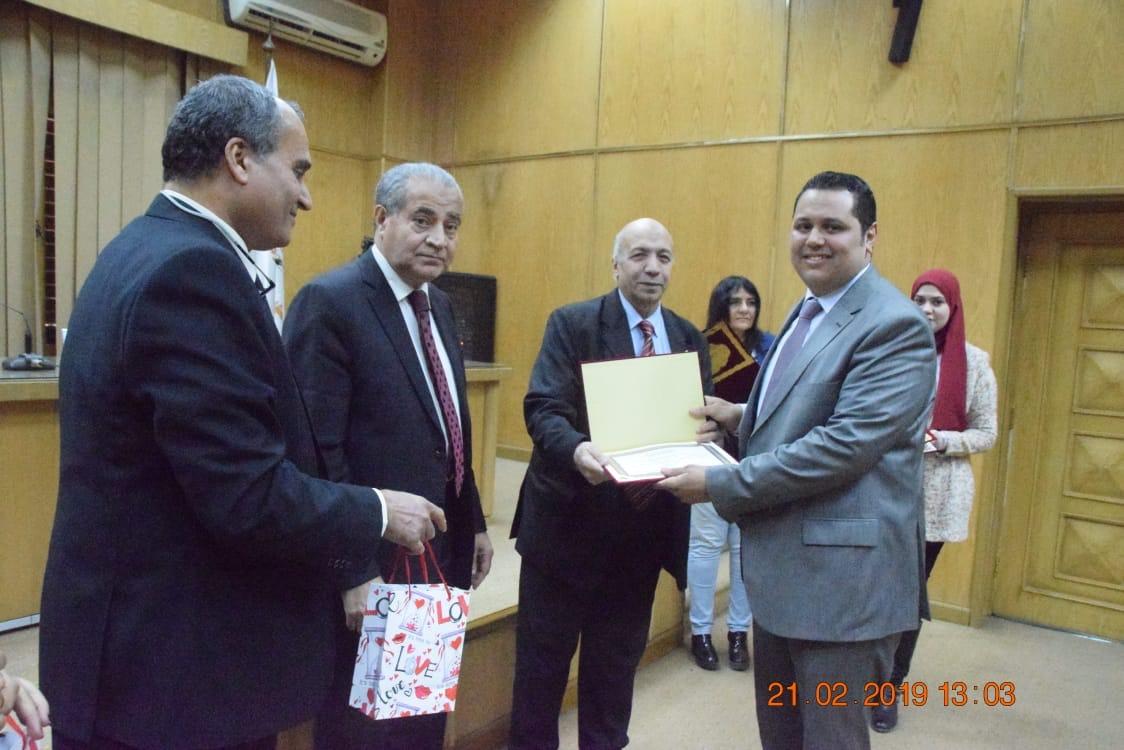 وزير التموين  يشهد حفل تكريم  العاملين المتميزين بهيئة السلع التموينية   (1)