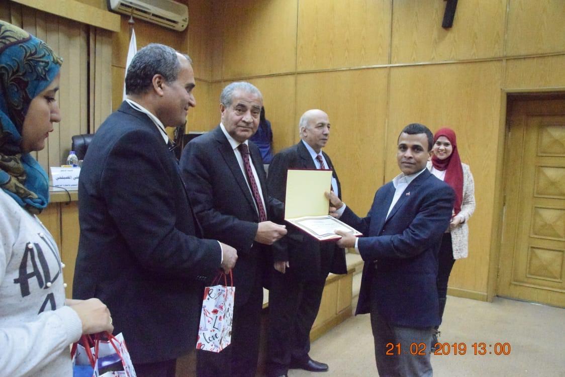 وزير التموين  يشهد حفل تكريم  العاملين المتميزين بهيئة السلع التموينية   (4)
