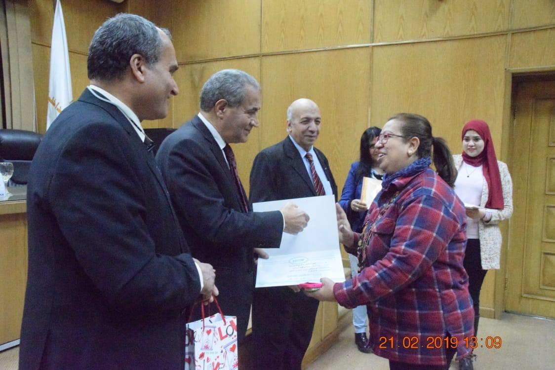 وزير التموين  يشهد حفل تكريم  العاملين المتميزين بهيئة السلع التموينية   (5)