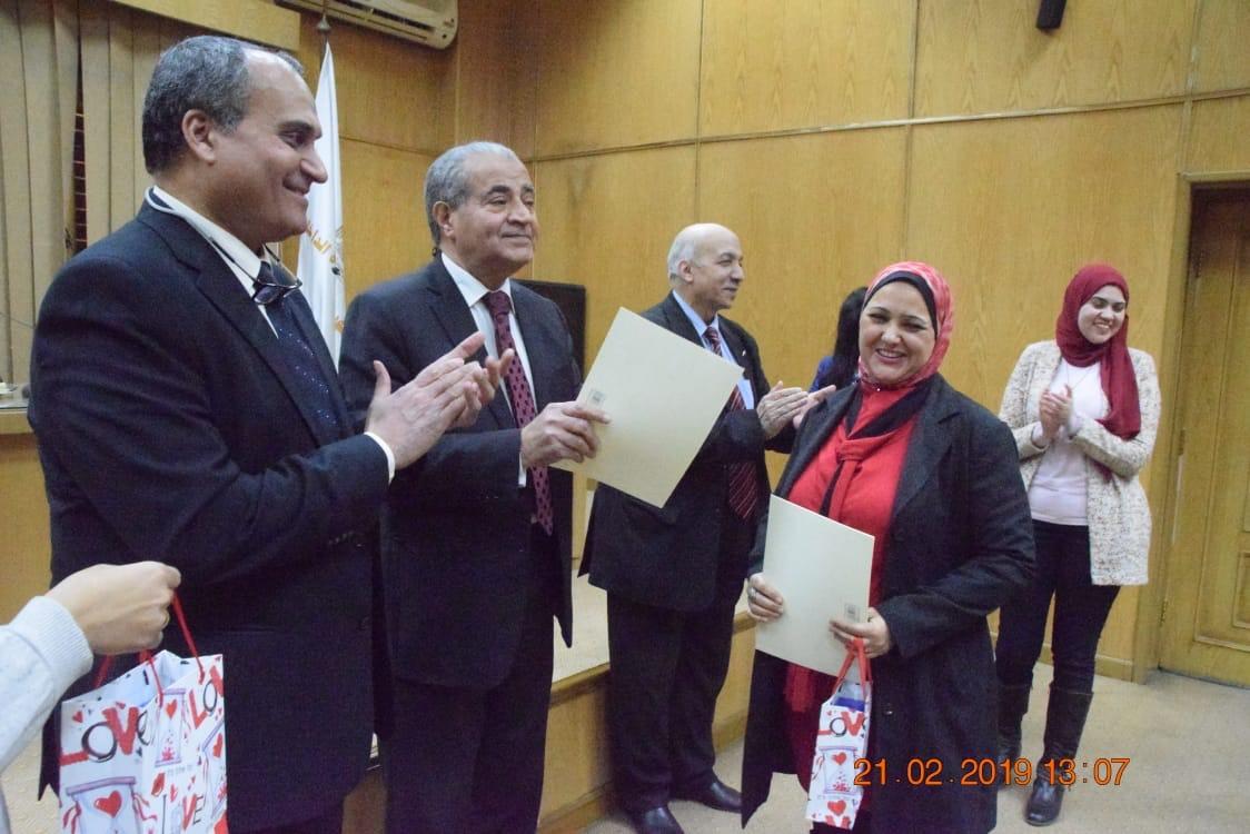 وزير التموين  يشهد حفل تكريم  العاملين المتميزين بهيئة السلع التموينية   (10)