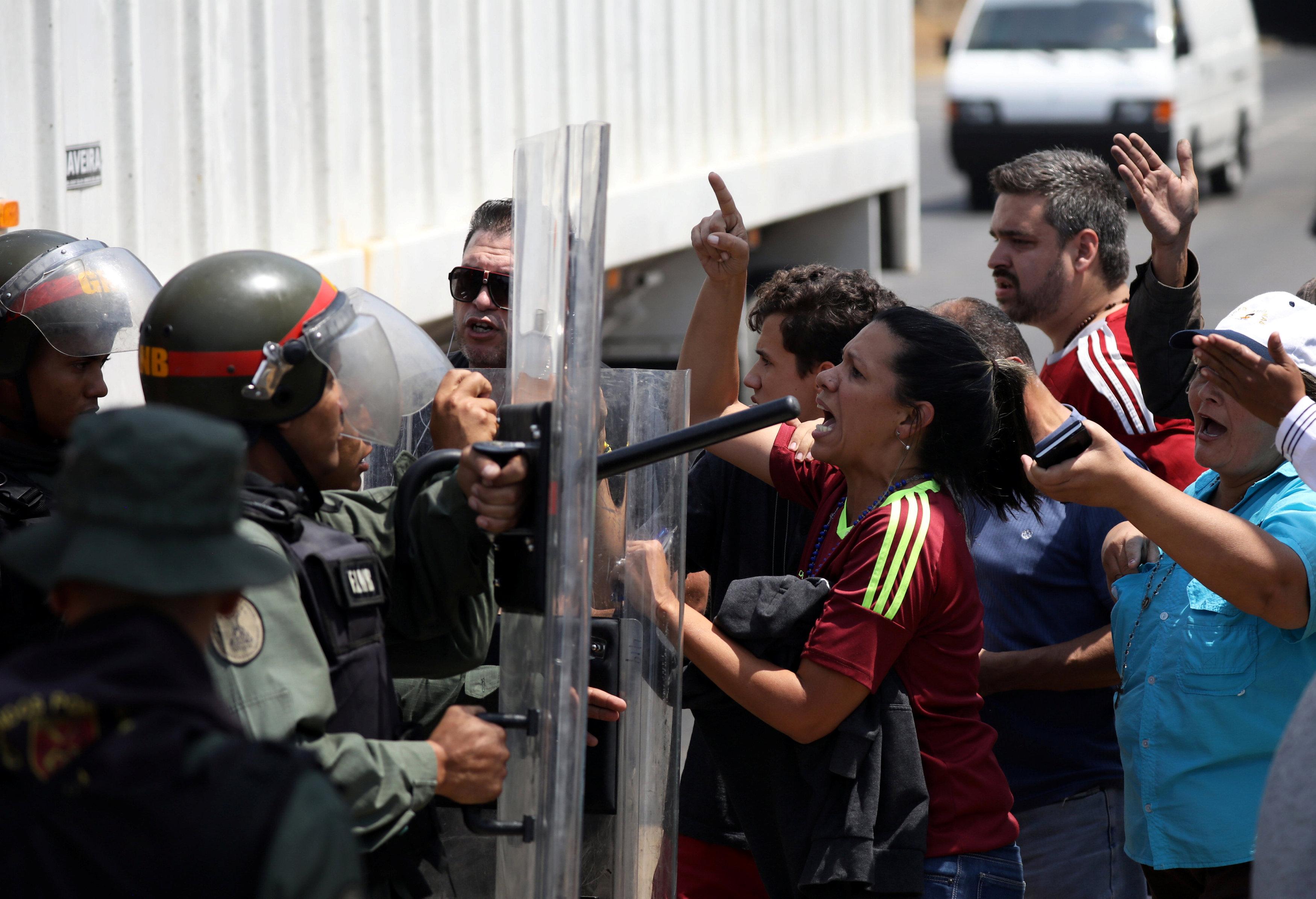 جانب من المناوشات مع قوات الجيش فى فنزويلا (6)