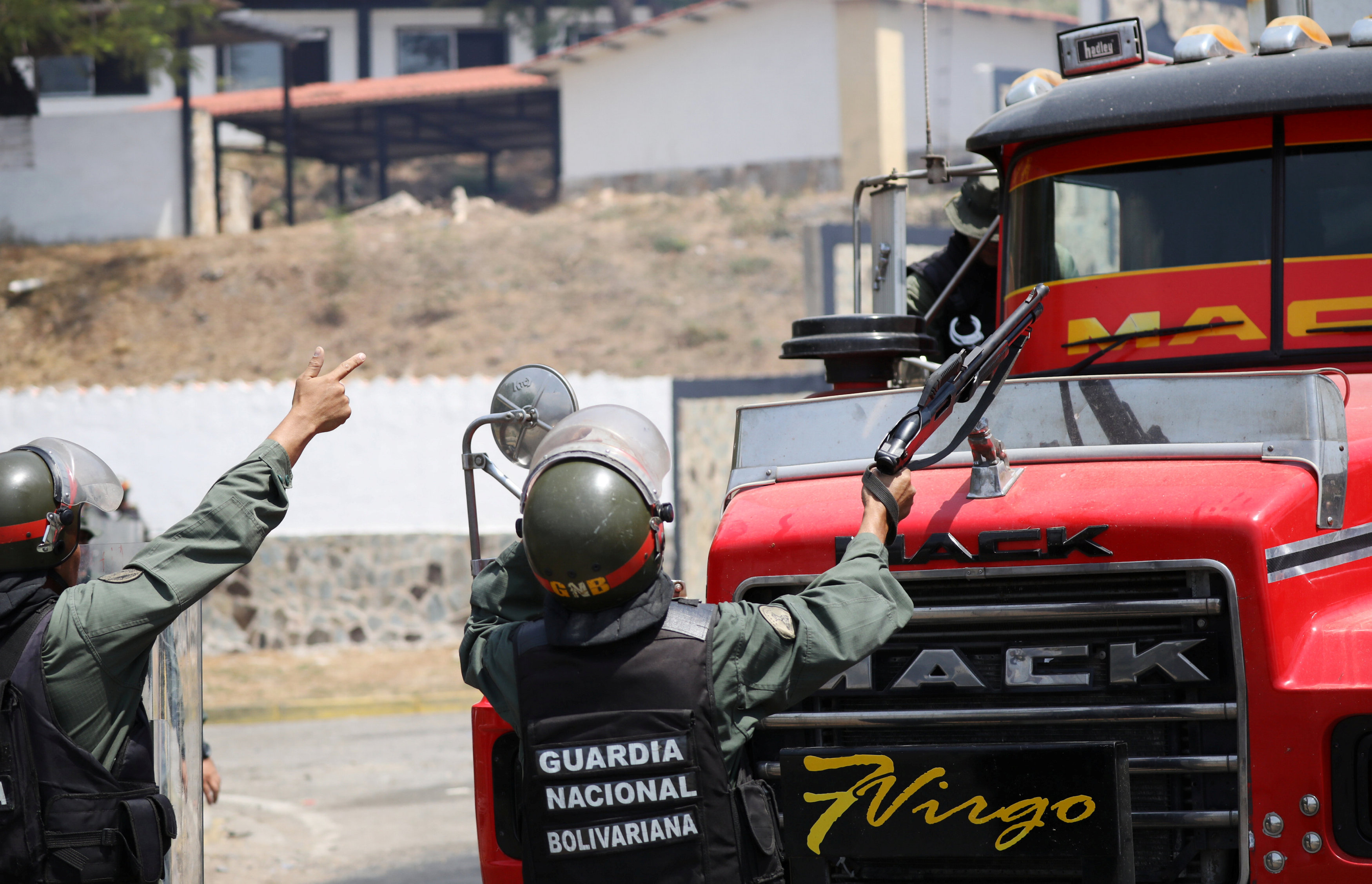 جانب من المناوشات مع قوات الجيش فى فنزويلا (8)