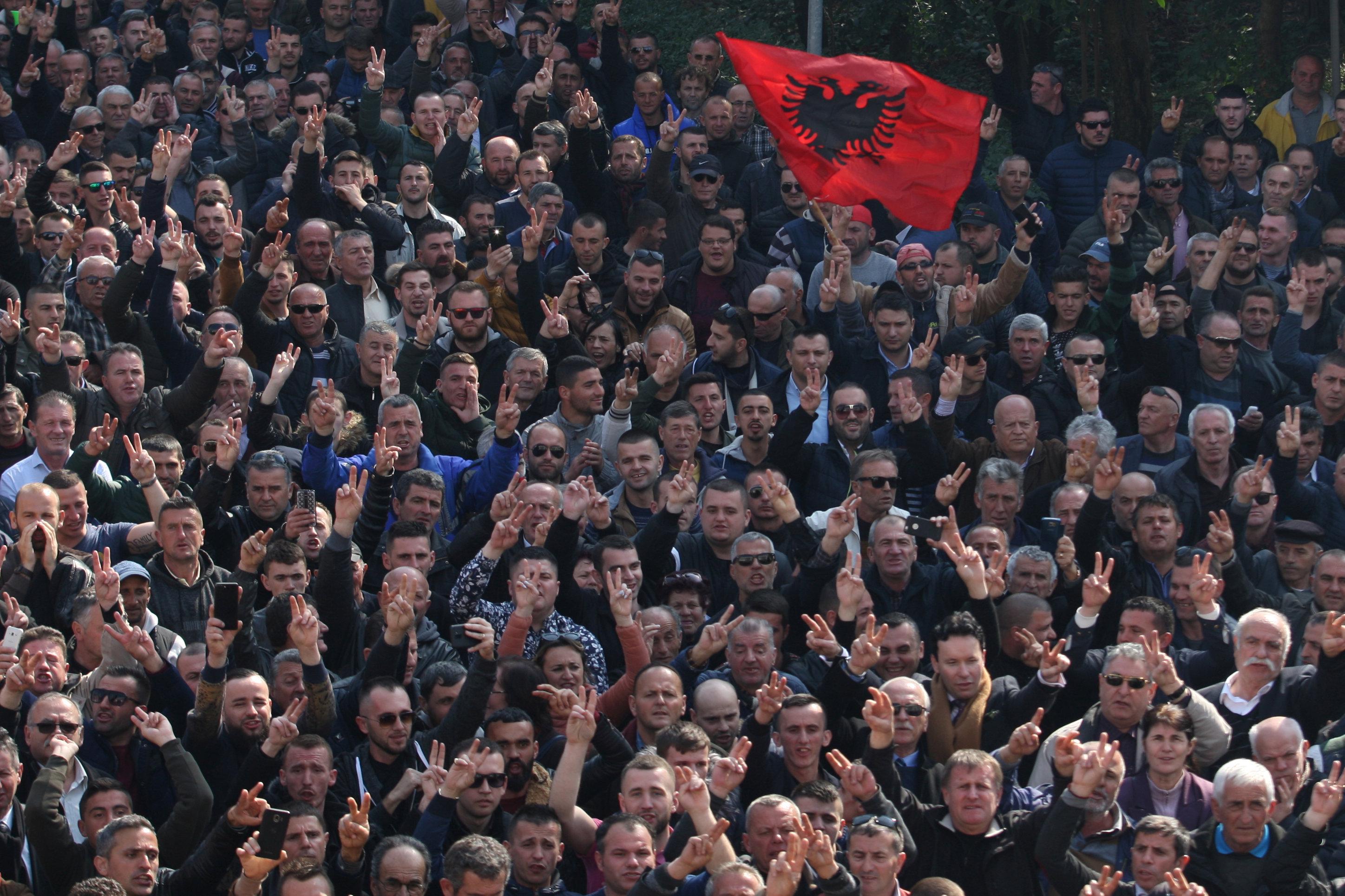 آلاف المحتجين يحاصرون مبنى البرلمان الألبانى (1)