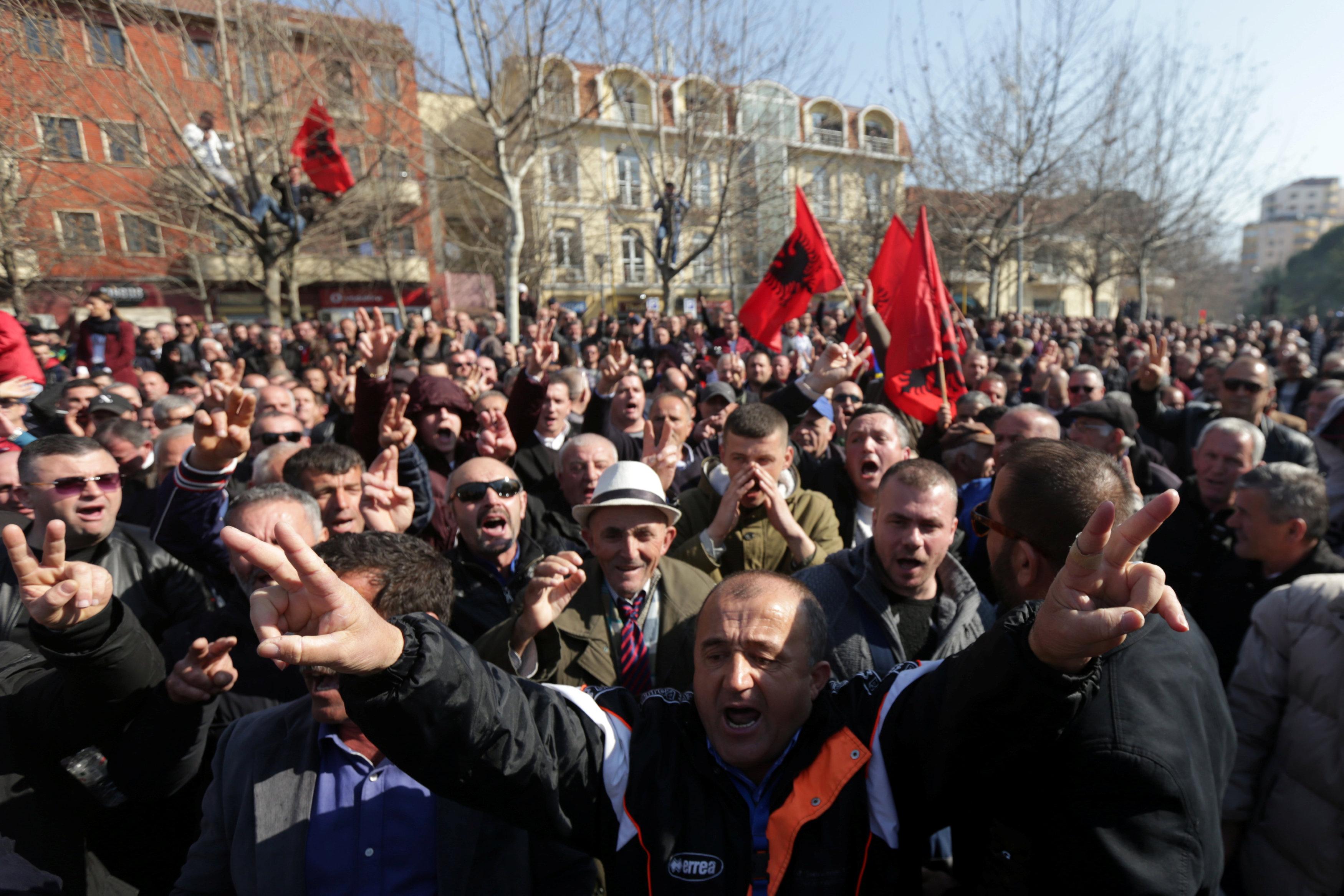 آلاف المحتجين يحاصرون مبنى البرلمان الألبانى (3)