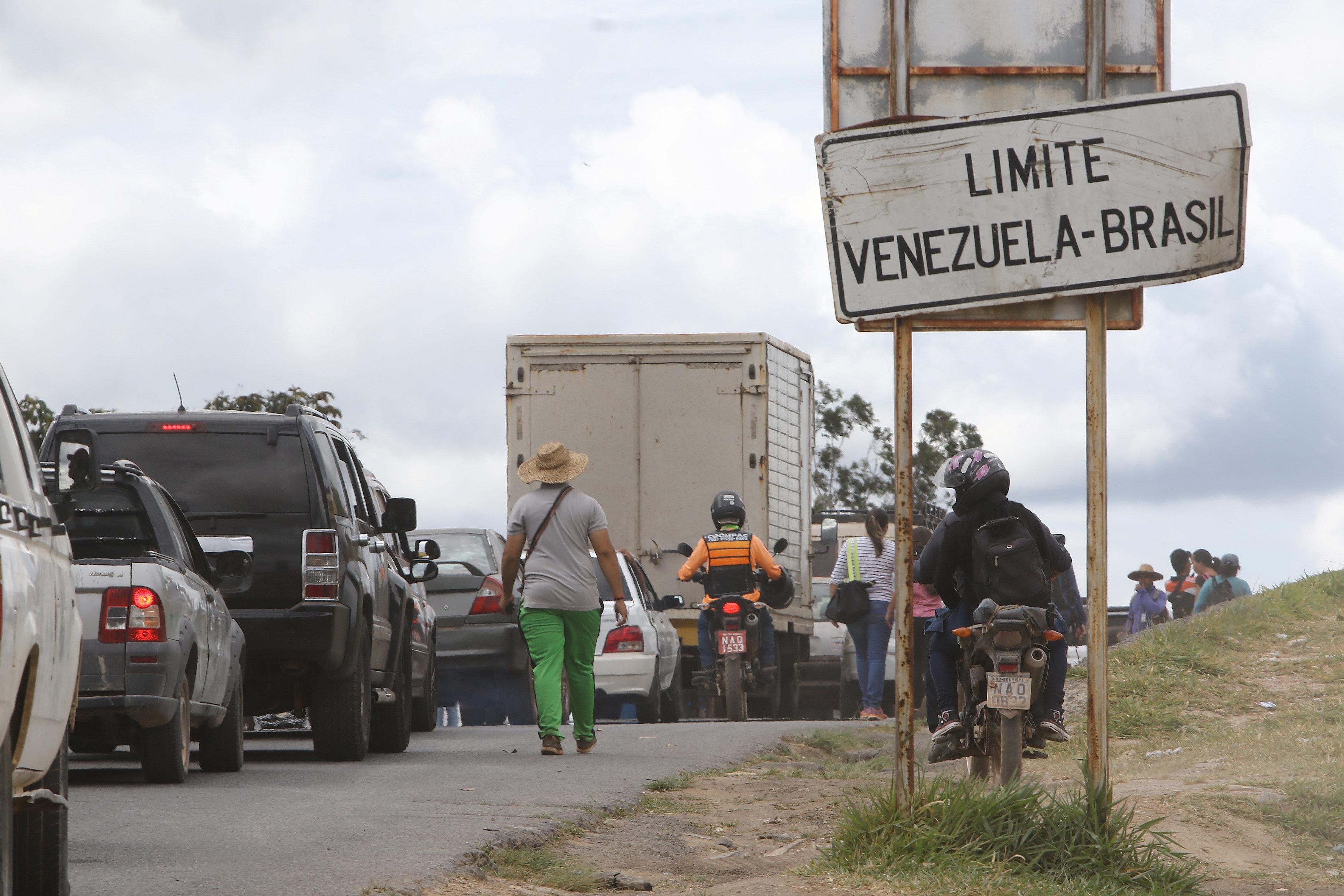 جانب من المناوشات مع قوات الجيش فى فنزويلا (11)