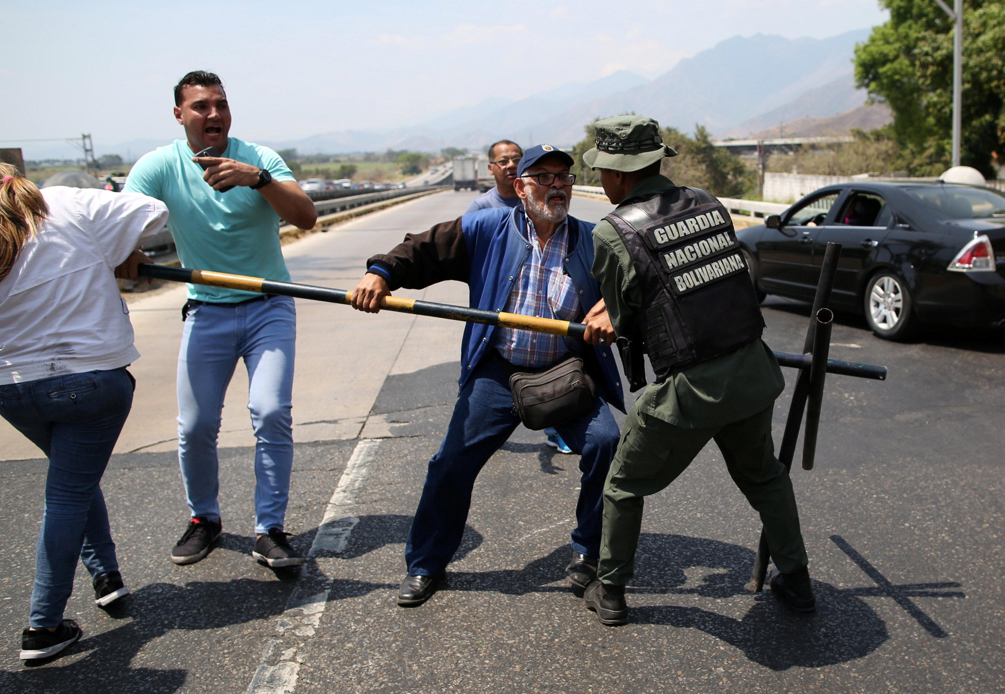 جانب من المناوشات مع قوات الجيش فى فنزويلا (9)
