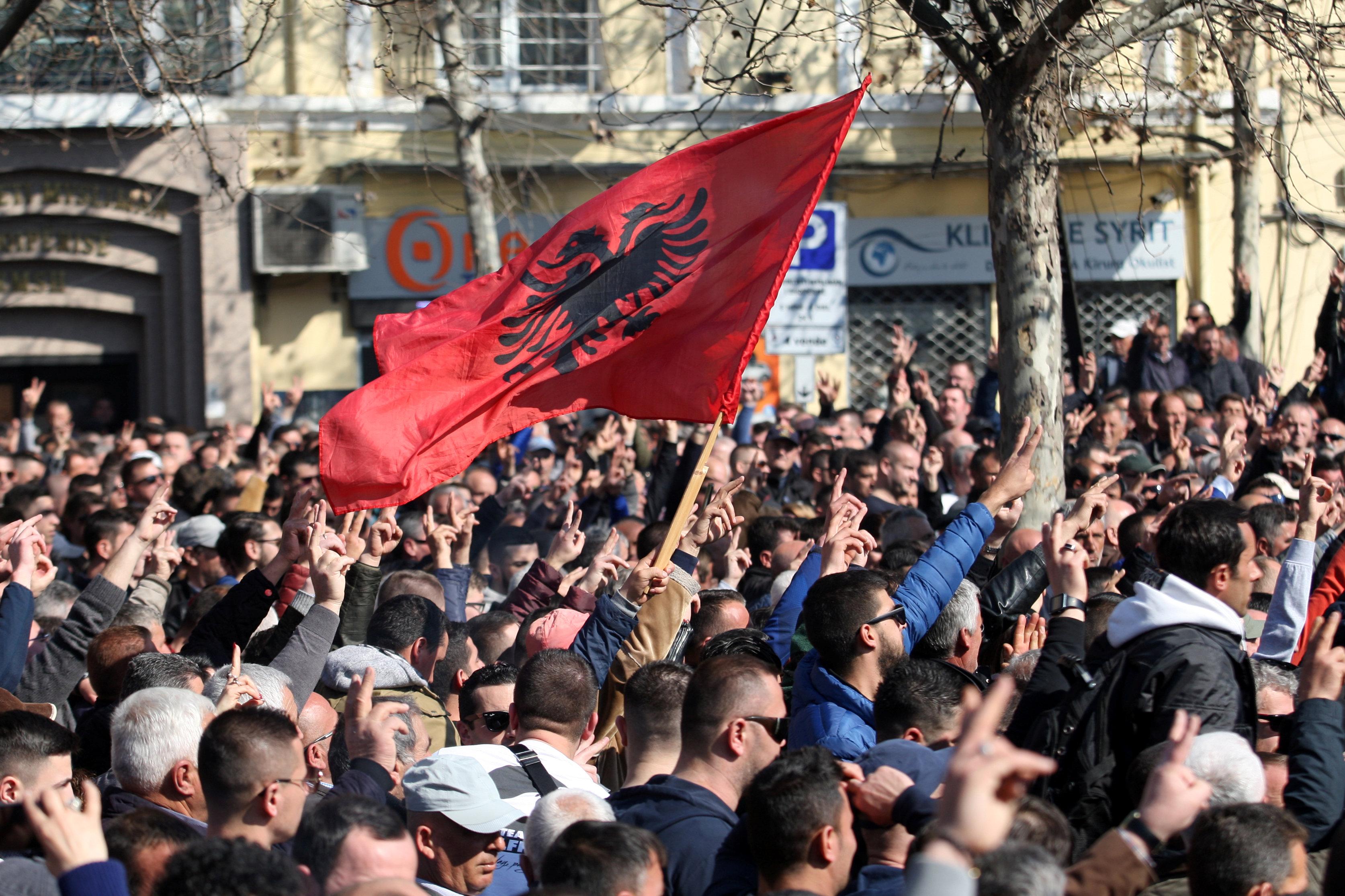 آلاف المحتجين يحاصرون مبنى البرلمان الألبانى (2)