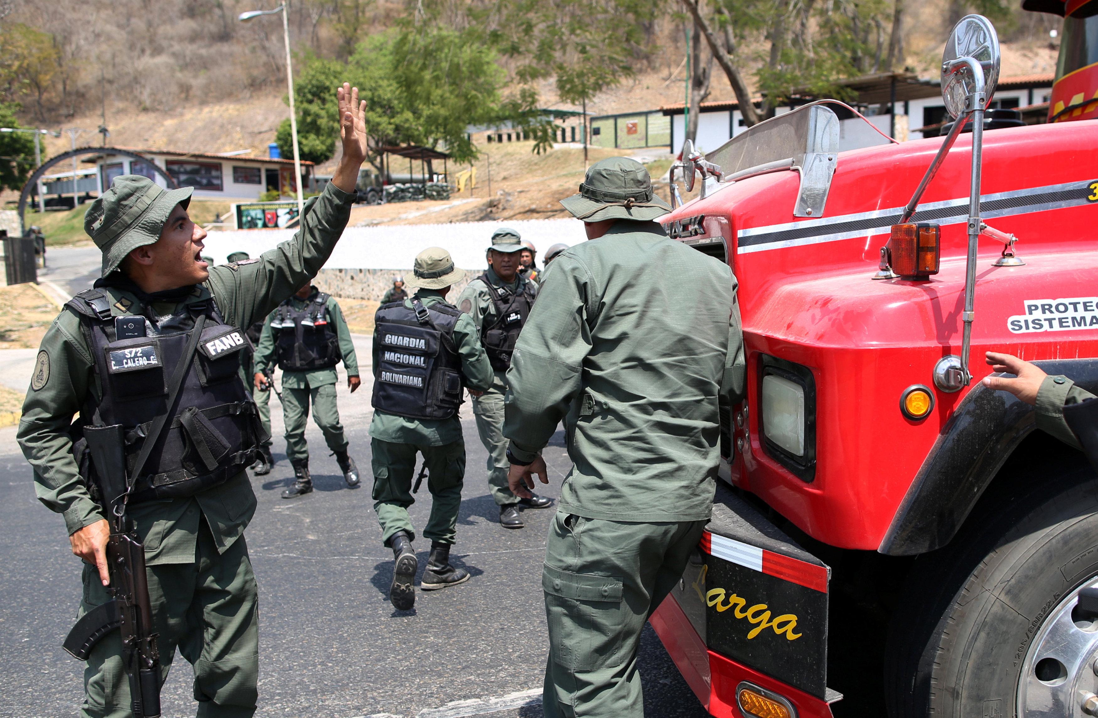 جانب من المناوشات مع قوات الجيش فى فنزويلا (10)