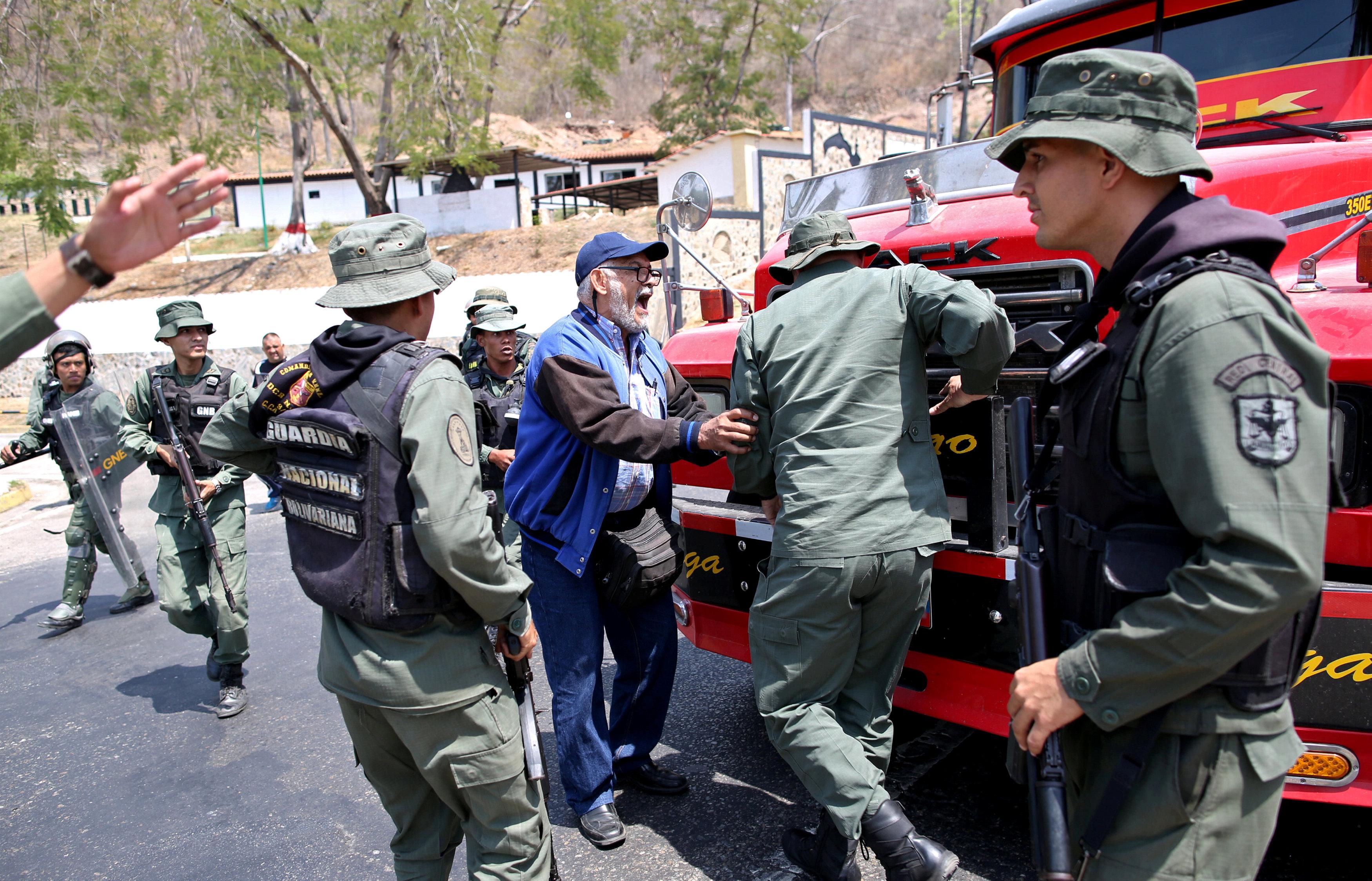 جانب من المناوشات مع قوات الجيش فى فنزويلا (2)