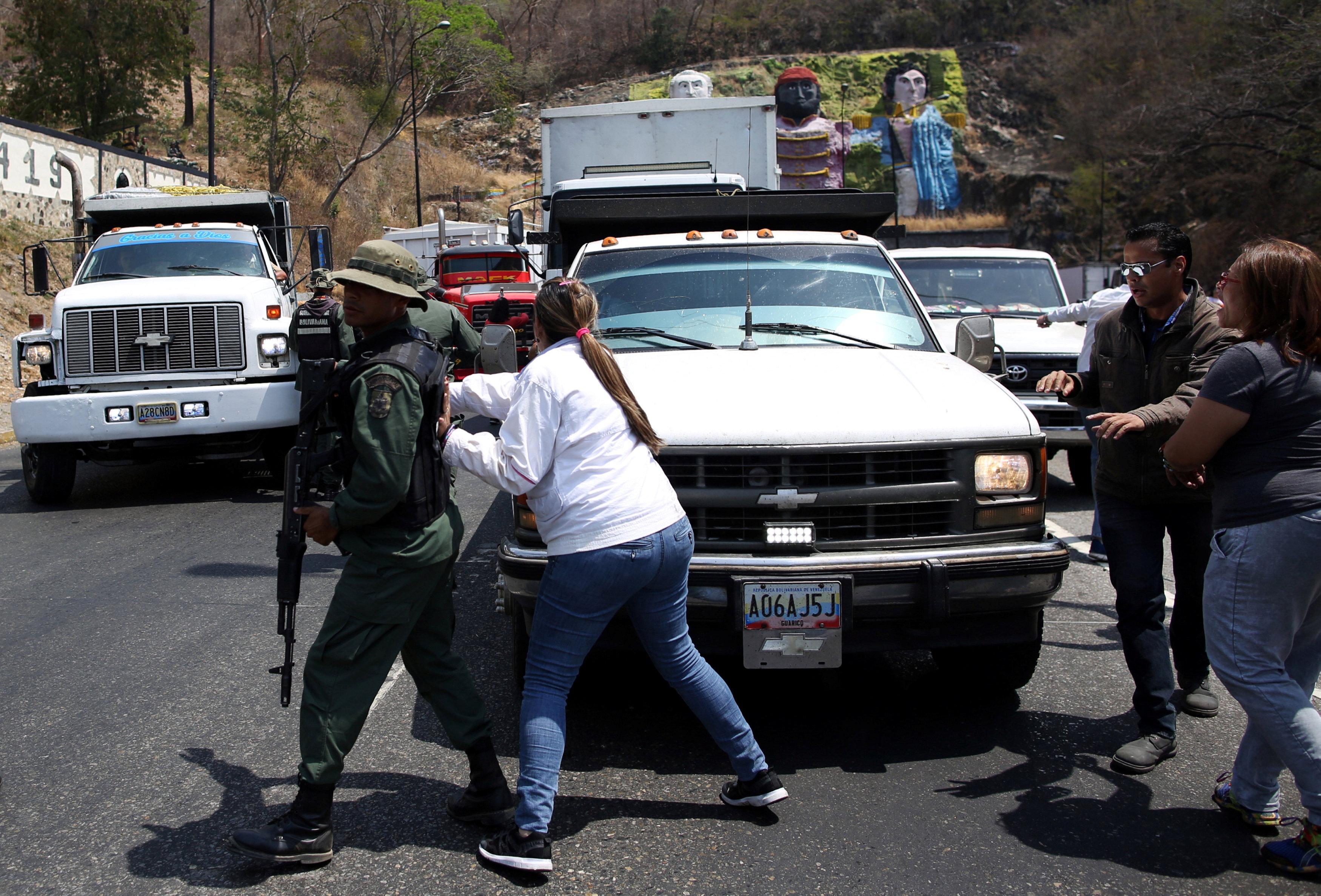 جانب من المناوشات مع قوات الجيش فى فنزويلا (1)
