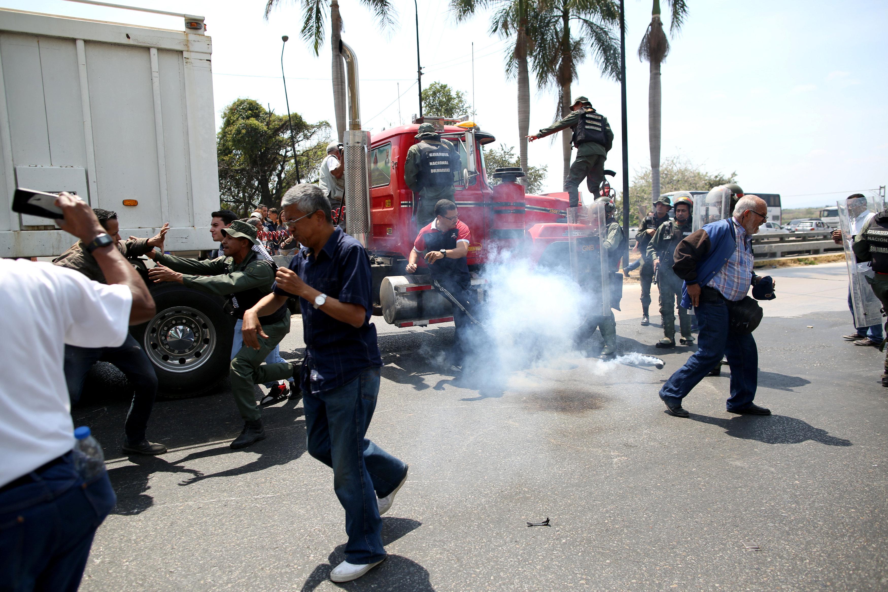 جانب من المناوشات مع قوات الجيش فى فنزويلا (3)