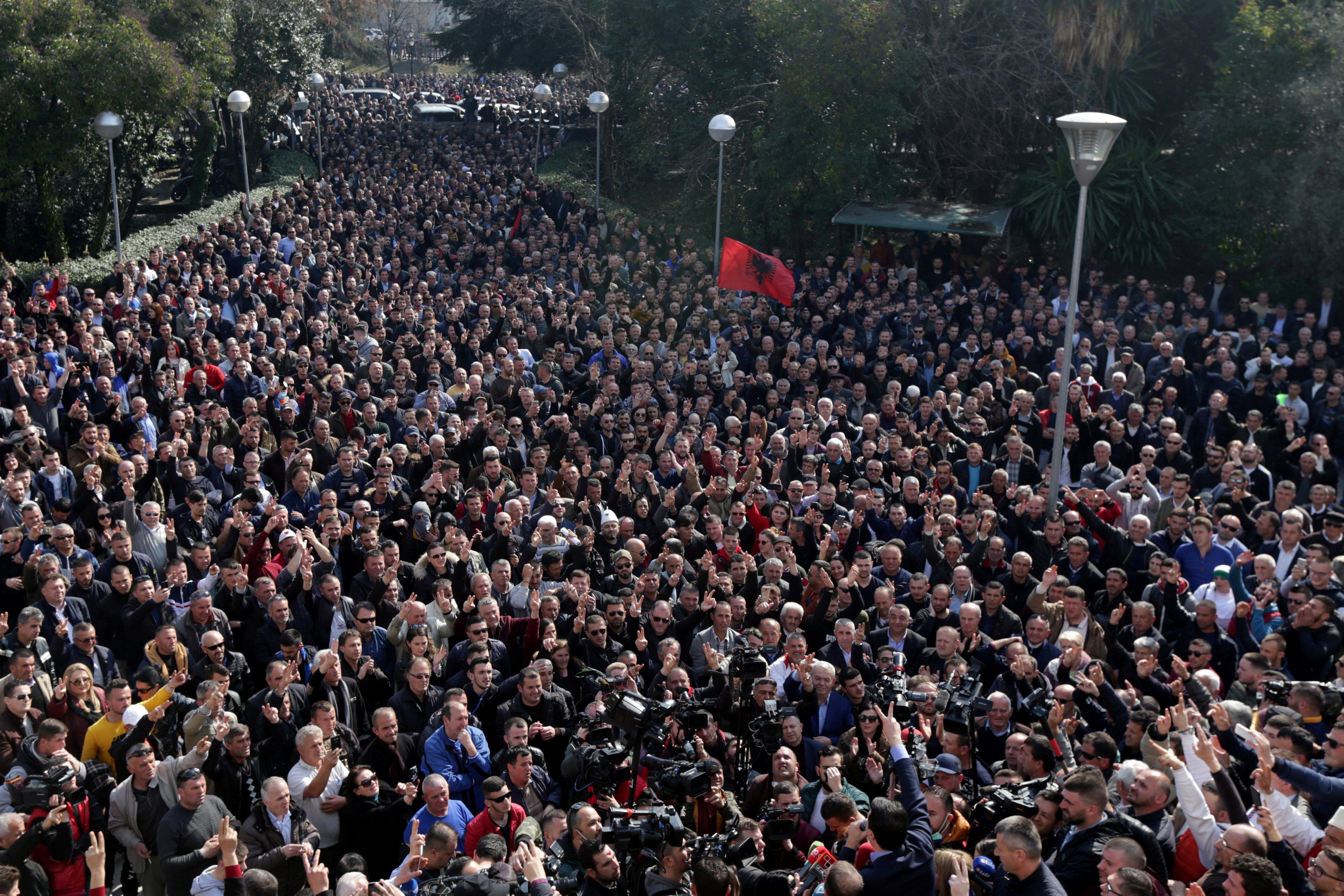 آلاف المحتجين يحاصرون مبنى البرلمان الألبانى (4)