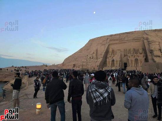 الآلاف-أمام-معبد-أبوسمبل
