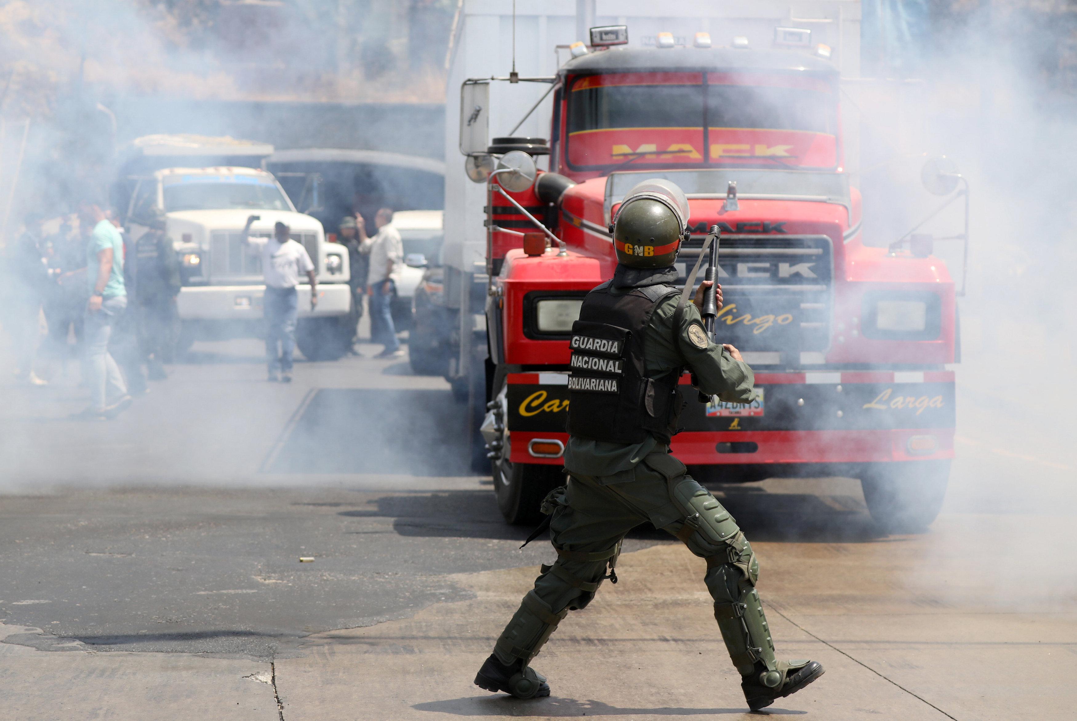جانب من المناوشات مع قوات الجيش فى فنزويلا (5)