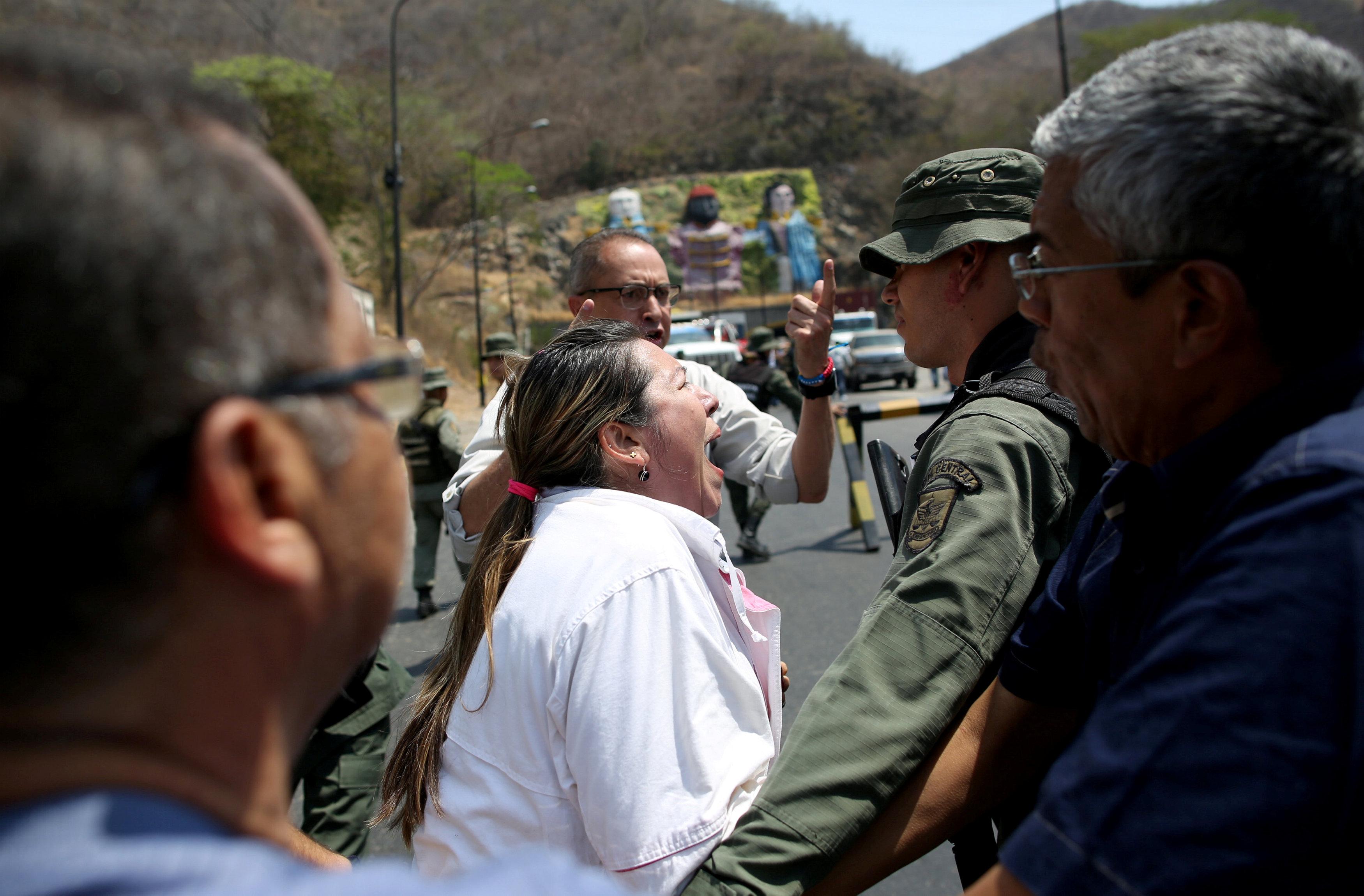 جانب من المناوشات مع قوات الجيش فى فنزويلا (4)