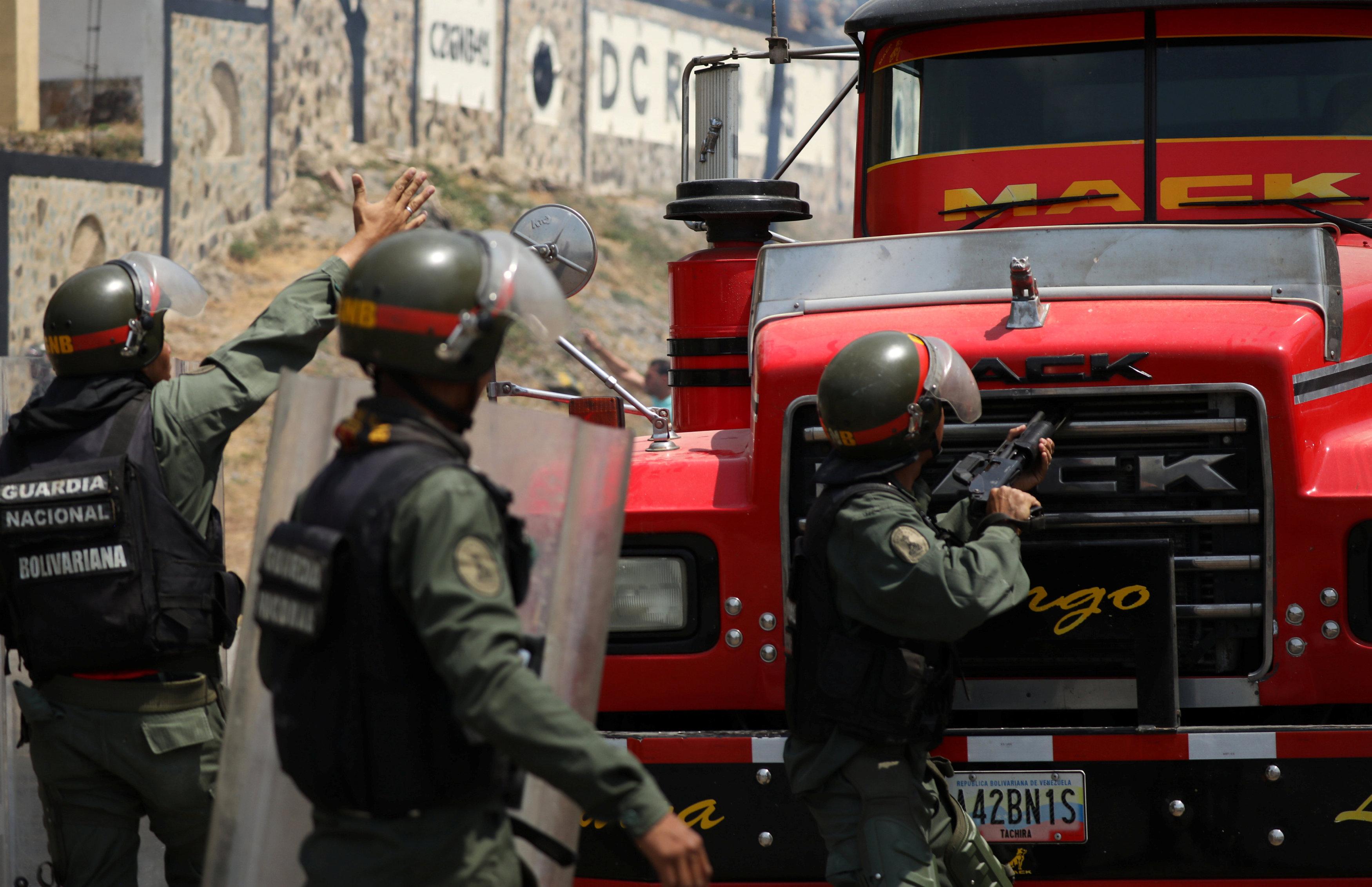جانب من المناوشات مع قوات الجيش فى فنزويلا (7)