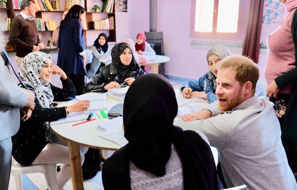 الأمير هارى يجلس مع الفتيات المغربيات فى السكن الداخلى