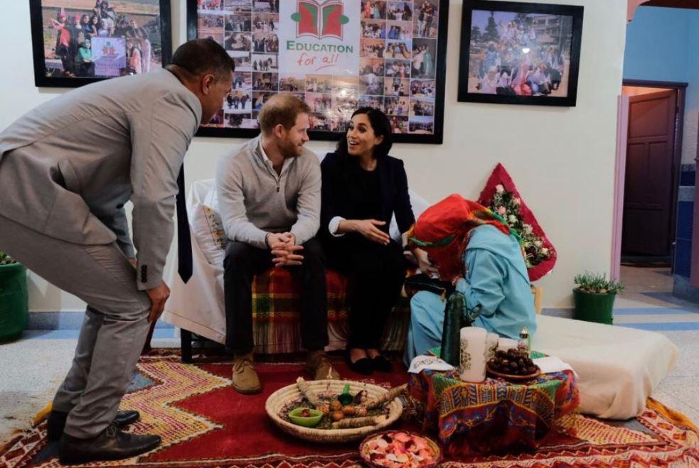 فتاة مغربية ترسم الحناء على يد ميجان ماركل