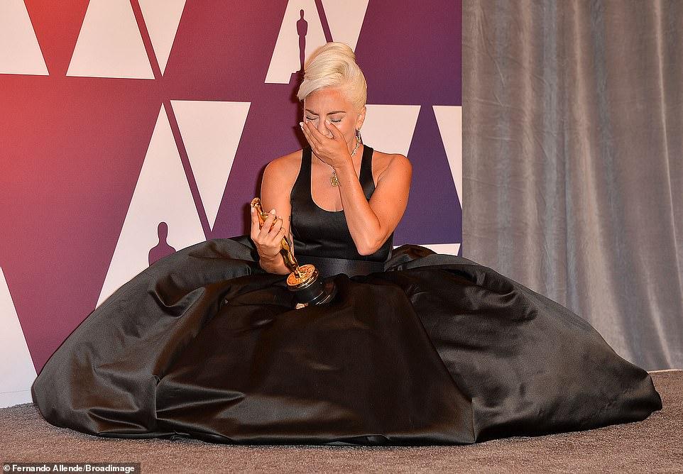 ليدى جاجا تبكى بعد جائزة أحسن اغنية