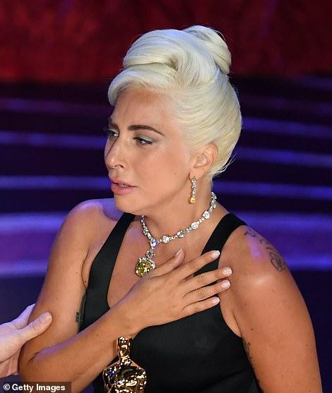 ليدى جاجا تبكى بعد الفوز بالجائزة
